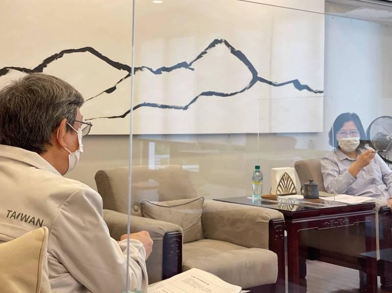 已卸任副總統的公衛專家陳建仁,仍然繼續以防疫顧問的身份,參與在蔡總統所帶領的執政團隊。(圖擷自張惇涵臉書)