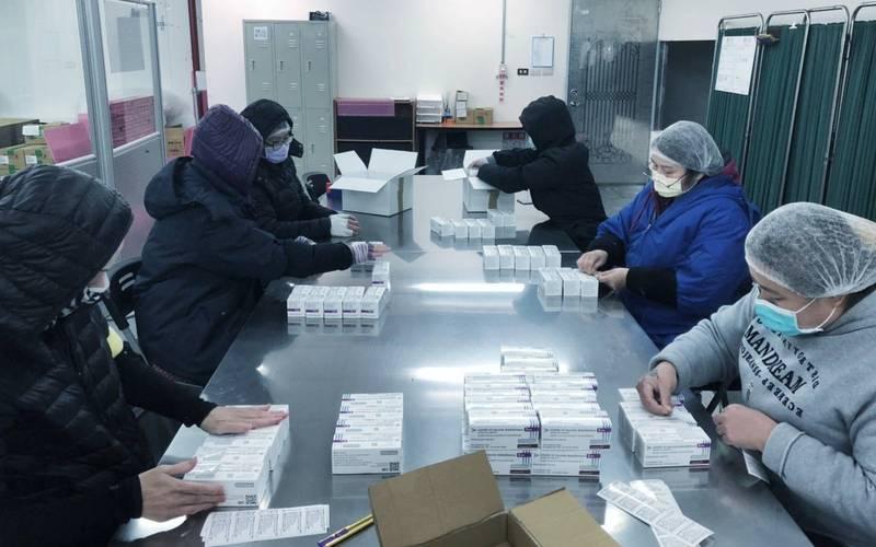 蔡總統向所有投入疫苗配送工作的夥伴道謝,特別是忍耐4度低溫倉儲的環境中,為一盒盒的疫苗完成檢驗和裝配的夥伴。(翻攝自蔡英文臉書)