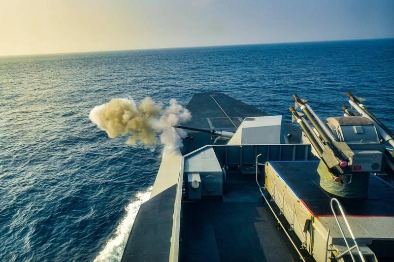 海軍康定級軍艦日前執行76砲射擊訓練,圓滿完成任務。位在艦艏A砲位的這款76砲,為經過性能提升丶具有匿蹤構型的砲塔,76快砲後方的B砲位,則是老舊的海欉樹飛彈,未來將由中科院研製的海劍二飛彈系統所取代。(圖:取自中華民國海軍臉書專頁)
