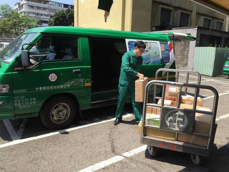 中華郵政昨再增南港、三重2名郵差快篩陽性,已有7人確診、4人快篩陽性。圖非新聞當事人。(資料照,中華郵政公司提供)