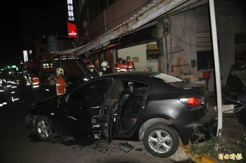 馬公市區深夜車禍,現場如戰場。(記者劉禹慶攝)