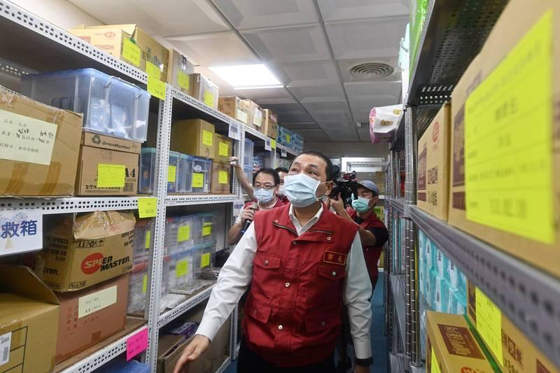 侯友宜視察中和區公所防疫急難慰助物資發放情況。(記者翁聿煌翻攝)