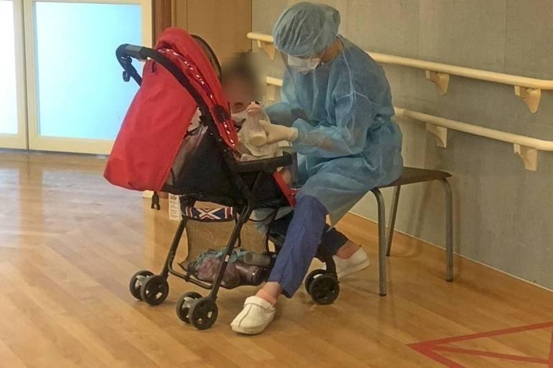 疫情嚴峻時刻,看見護理師代母職餵奶娃畫面,令人忍不住感動落淚。(台北慈濟醫院提供)
