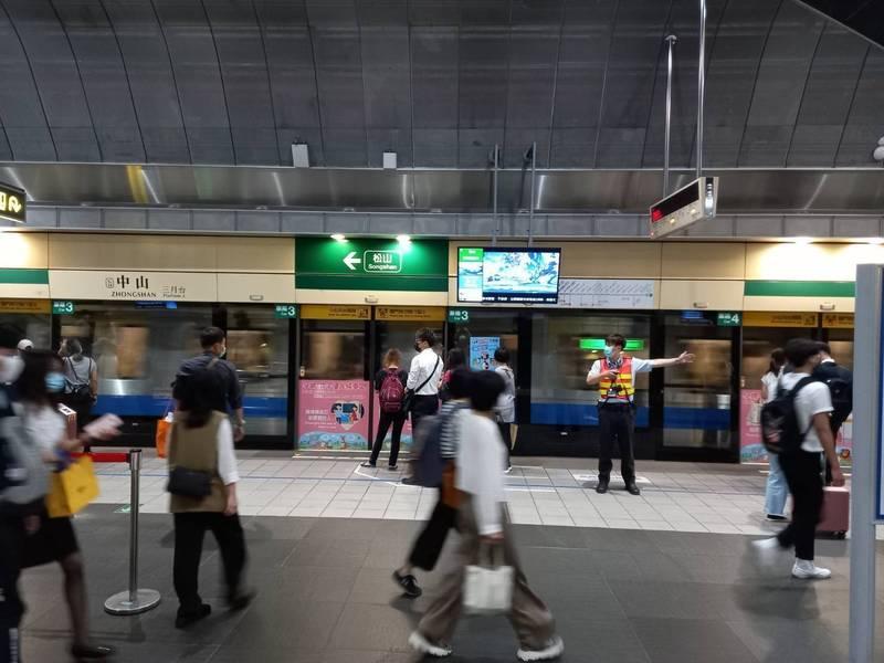 台北捷運公司因應疫情變化及旅客乘車需求,將視人潮增減,滾動調整捷運各路線平日離峰及假日班距。(台北捷運公司提供)