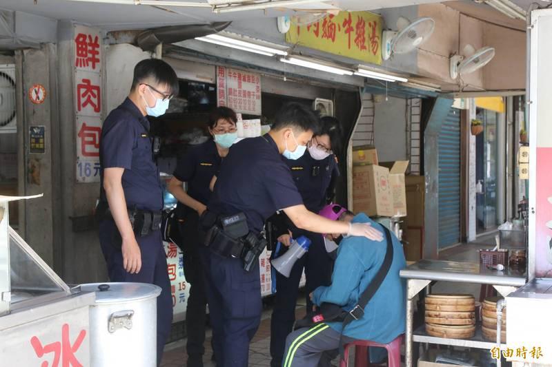 台北市自5月15日宣布防疫三級警戒,外出須全程戴口罩,違者可開罰,但基層因未獲正式授勸,導致執法困難;北市衛生局至26日才正式公告委任各機關執法。(記者鄭名翔攝)