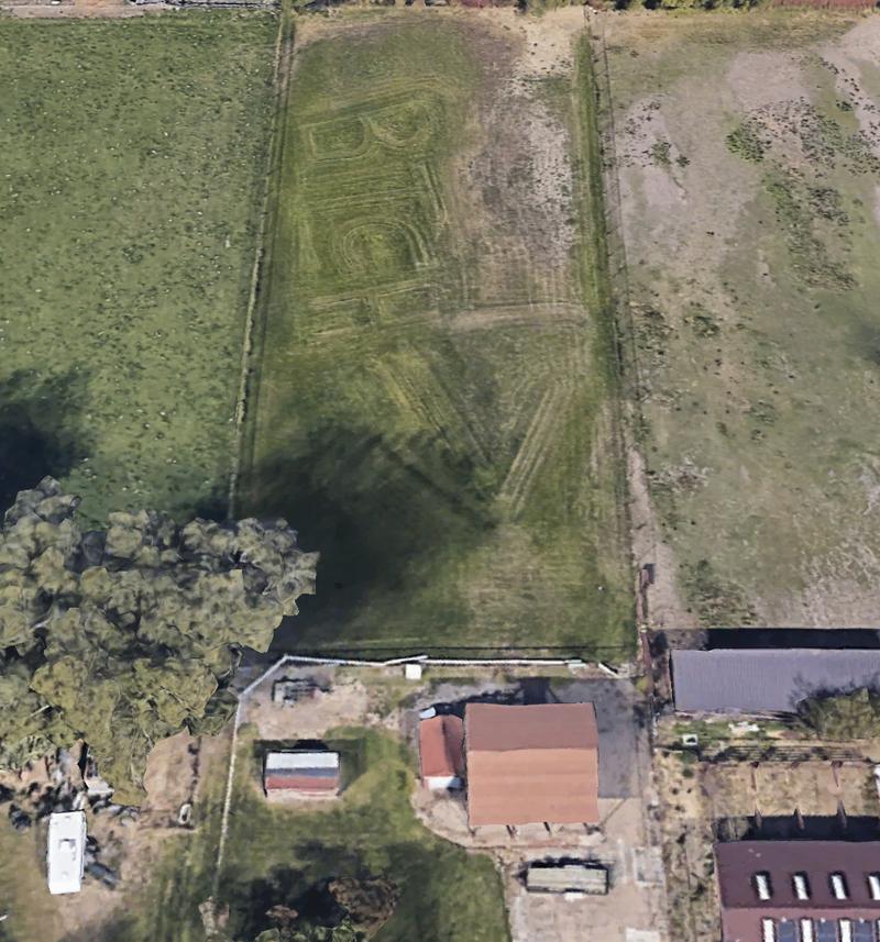 Google地圖中發現猶他州(Utah)有戶人家的草坪出現不雅字眼「Bitch」(婊子)及巨大的箭頭指向某戶人家。(圖取自Google地圖)