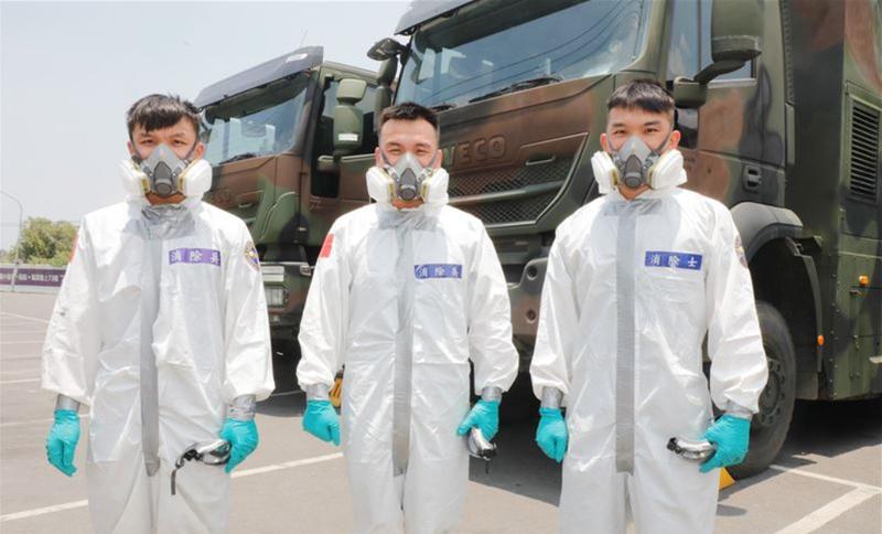 蔡孟憲(中)、蔡孟潭(右)、蔡孟達(左)同在疫情期間執行消毒任務。(青年日報提供)