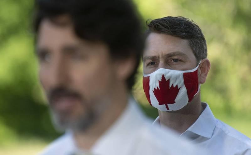 身为加拿大总理杜鲁道(左)同党战友,加拿大国会下议院阿莫斯(William Amos,右,美联社档案照)近来在国会视讯会议频频走光。(photo:LTN)