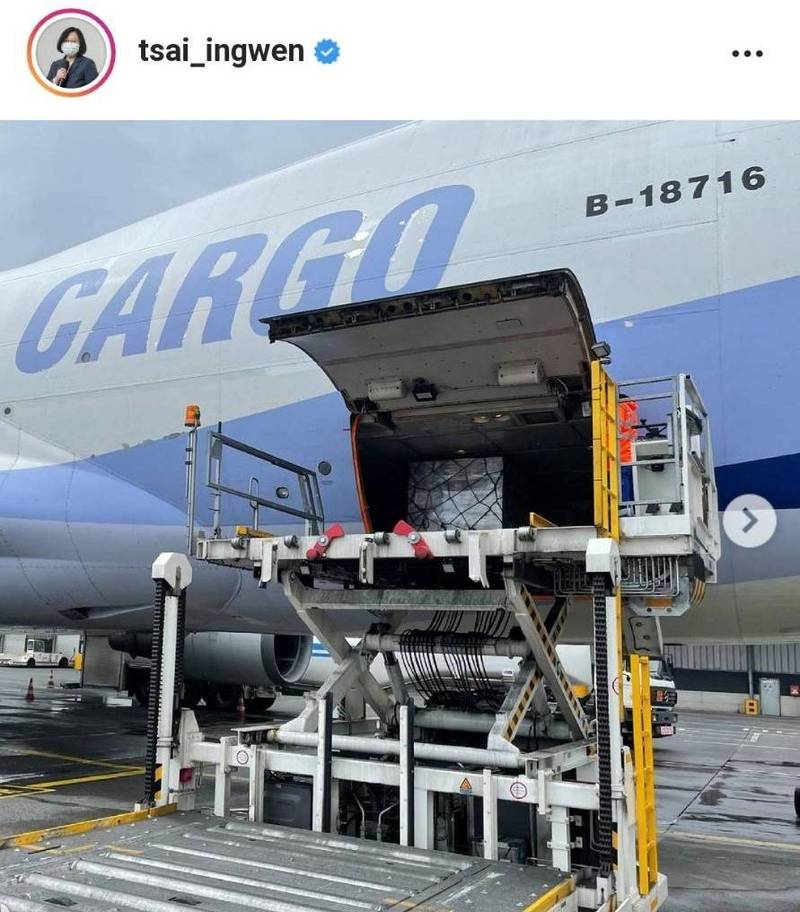 首批15萬劑莫德納(Moderna)疫苗今將抵台,總統蔡英文在Instagram發布疫苗裝運、上機畫面,強調團結防疫可打贏這一仗!(圖擷取自蔡英文IG)