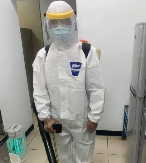 這名消毒人員分享,工作緣故須穿著整身防護衣。(圖擷取自「爆怨2公社」)