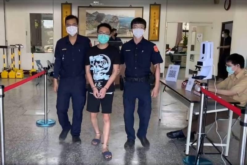 防疫期間通緝犯群聚拉K,東港警夜逮三男一女。(警方提供)