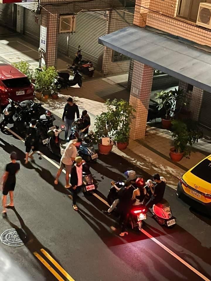 照片可見10多名年輕人群聚,部分機車後面還載著女孩子。(翻攝自爆料公社)