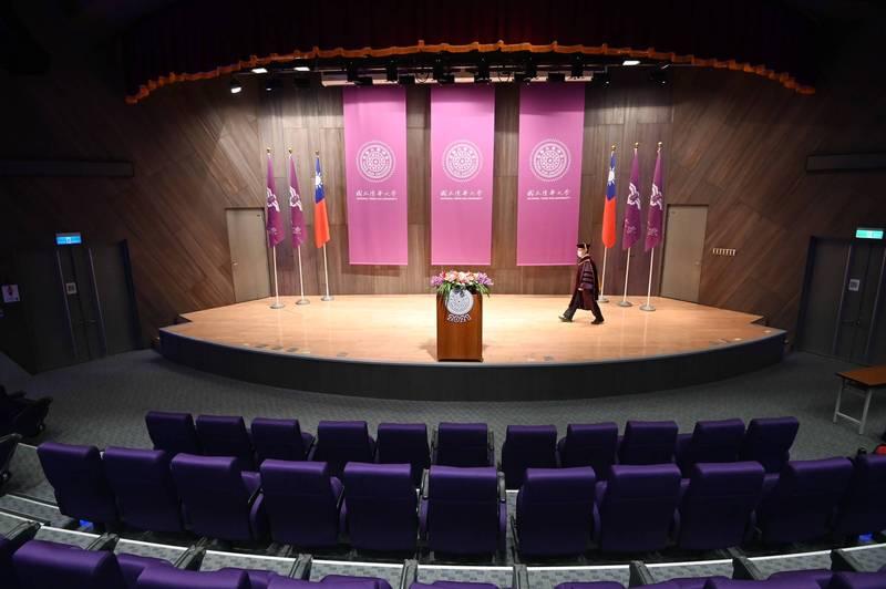 清大校長賀陳弘身著博士袍緩緩走上講台,面對攝影機和空無一人的會議廳,說出他對2021畢業生的勉勵與期許。(清大提供)