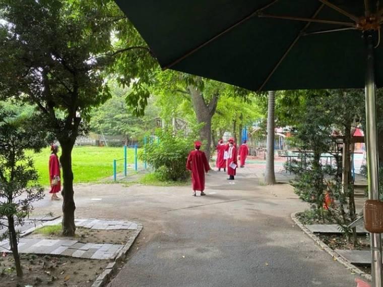 有網友PO文爆料,位於北投區的私立奎山實驗中學不甩防疫禁令堅持今天舉行畢業典禮。(翻攝自PTT)
