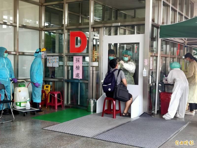 金門縣政府期盼入境旅客為了自身健康,能多利用設在金門機場的快篩站。(記者吳正庭攝)