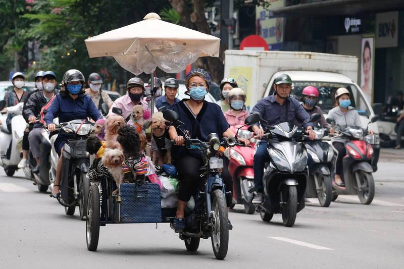 越南衛生部長阮清龍今日公布,在越南確診病患中發現英國及印度變異株混合種,更具傳播性,且可在空氣中迅速傳播。圖為越南河內街景,示意圖。(歐新社)