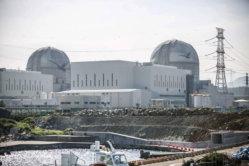 南韓蔚山市蔚州郡的新古里核電廠4號機組,今上午發生火災。圖為新古里3號與4號機組。(彭博)