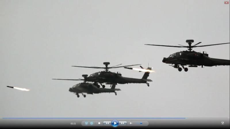 軍方規劃7月15日於屏東楓港訓場舉行三軍聯合反登陸作戰操演,屆時將由AH-64E攻擊直升機等陸航直升機,實施實彈射擊,擊毀模擬敵方海上來襲的船艦目標。圖為AH-64E阿帕契直升機過去在漢光演習期間進行實彈射擊,多架阿帕契攻擊直升機同時發射地獄火飛彈,場面極為震撼。(資料照,擷取自陸軍司令部公佈影片)