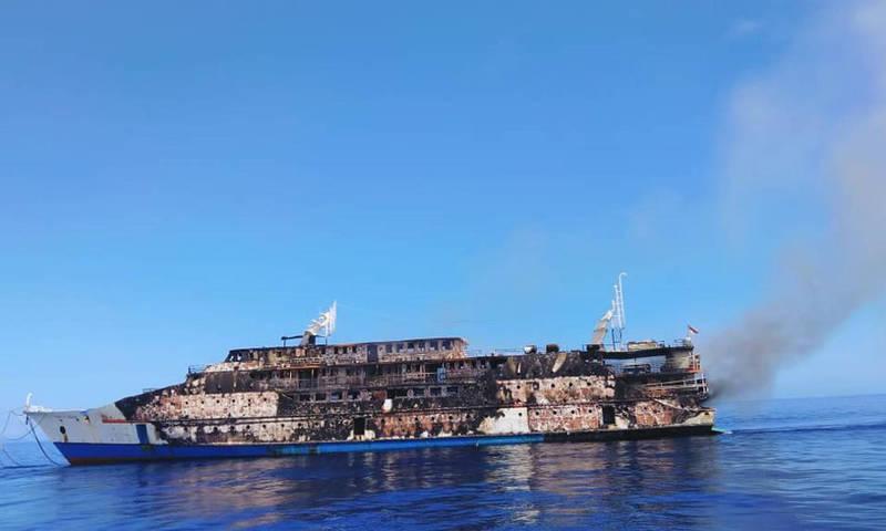 印尼一艘渡輪航行時遇到起火意外,船身受損嚴重。(美聯社)