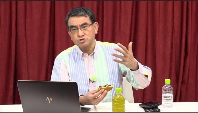 日本行政革新相29日在他的網路直播節目中談到提供台灣AZ疫苗一事,表示有困難時就是要相互幫助,他在直播中還邊大啖銅鑼燒。(取自河野太郎網路直播)