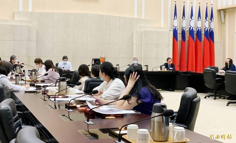 行政院長蘇貞昌今早8點於行政院召開紓困工作會議,聽取各部會報告紓困發放的準備作業及相關的政策內容。(圖由行政院提供)