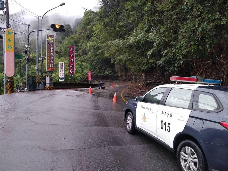 下雨造成山區落石,中橫便道暫停開放今天上午及中午的通行班次。(記者歐素美翻攝)