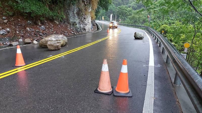 台8線32.9K處(接近谷關篤銘橋)附近發生落石,影響交通。(記者歐素美翻攝)