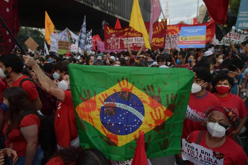 波索納洛無法妥善處理疫情,導致大量民眾走上街頭抗議。(法新社)