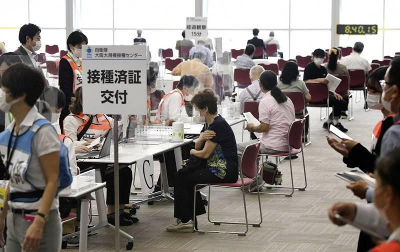 謝長廷在臉書分享日本目前的施打疫苗經驗,提及日本目前已累積有1100萬人次施打疫苗。圖為日本自衛隊大阪大規模接種中心。(路透)