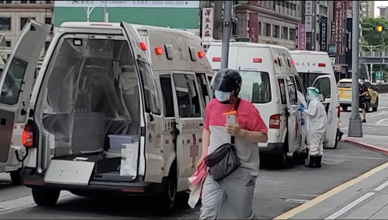 外送員在沒有穿著防護衣的情況下進入防疫旅館送餐。(圖擷取自臉書/外送員的奇聞怪事)