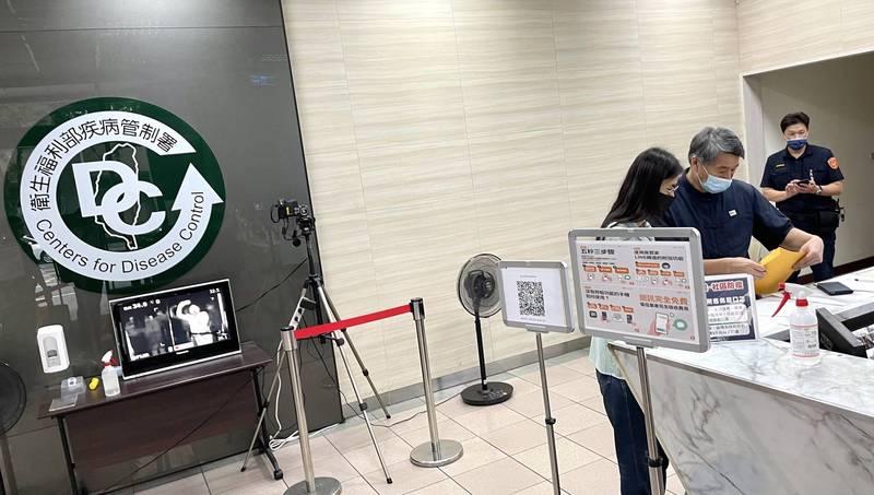 孫文學校總校長張亞中到疾管署遞交疫苗進口申請。(張亞中提供)