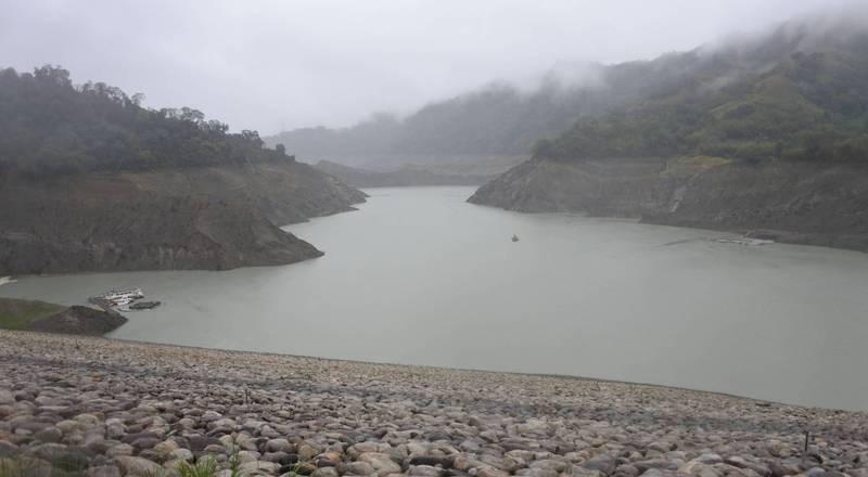 鯉魚潭水庫集水區今天持續了93.1毫米的雨量,水位今天下午4點多回升到252.37米。(記者陳建志翻攝)