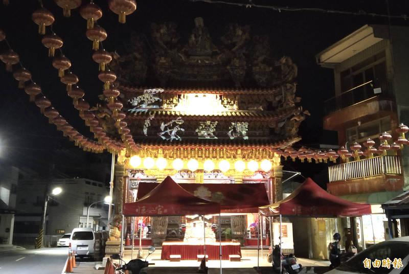 台南六甲恒安宮在廟建築投影打上「平安台灣」字樣,為台灣加油。(記者楊金城攝)