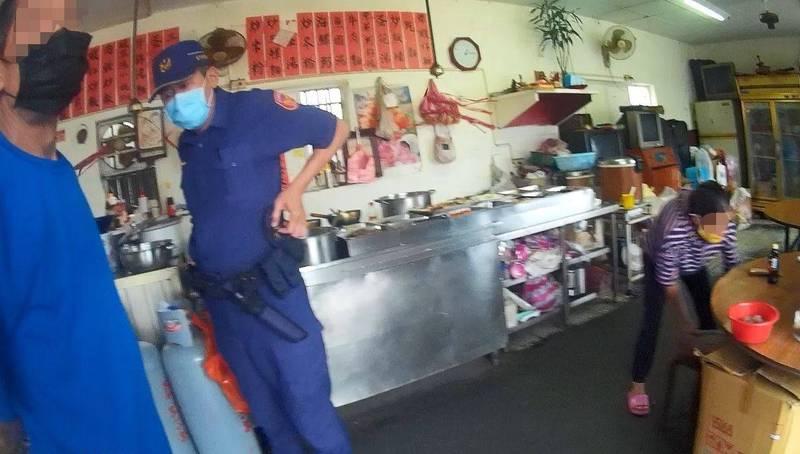 金門警方前往北堤路人群容易聚集處巡查,查出一名竊盜通緝犯(左)。(金城分局提供)