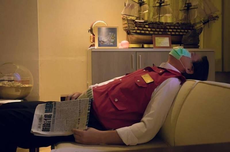 一向給人充滿陽光活力印象的基隆市長林右昌,面對疫情嚴峻升溫到全國三級警戒,他從早忙到晚,忙到飯到吃不下,整個人瘦了9公斤;今天終於確診人數降到增加3例,林右昌終於累到躺在辦公室沙發上不想動,終於可以安心地睡一下下。(記者俞肇福翻攝林右昌臉書)