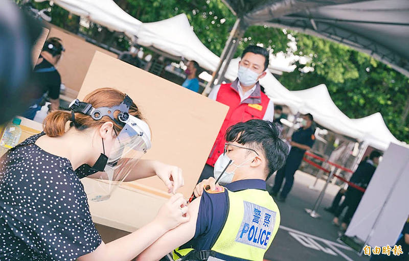 A medical worker inoculates a police officer at a vaccination station in Hsinchu yesterday. Photo: Hung Mei-hsiu, Taipei Times
