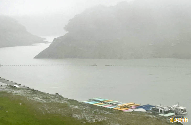 Recreational boats are moored on Shihmen Reservoir in Taoyuan yesterday. The rainfall over the past few days is expected to bring 23 million tonnes of water to the reservoir, which could fulfill another 18 days of water demand in Taoyuan, the Northern Region Water Resources Office said yesterday. Photo: Lee Jung-ping, Taipei Times