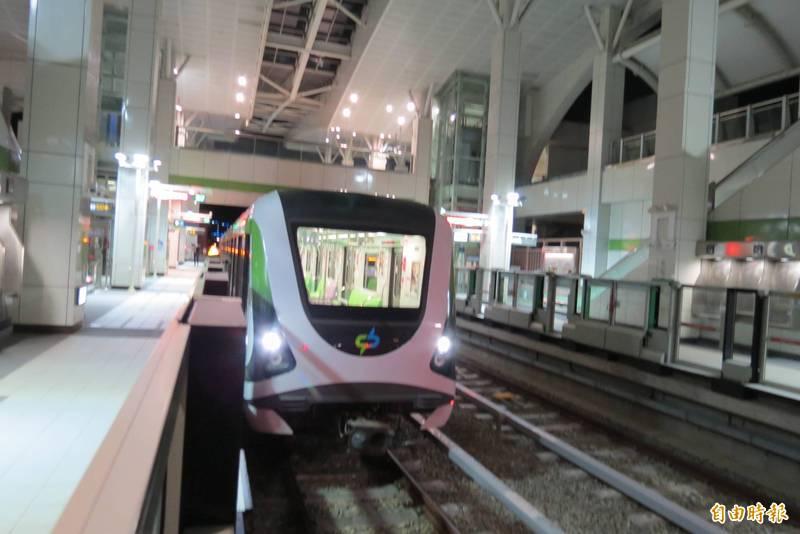 中捷綠線從今天起調整為平日10分鐘1班,假日15分鐘1班。   (記者蘇金鳳攝)