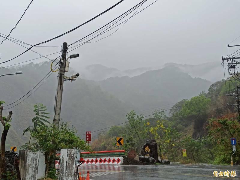 高雄山區今持續降雨。(記者陳文嬋攝)