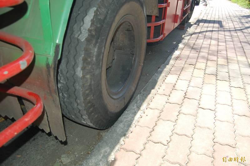 大型車臨停時應貼近路邊,並作好警示。示意圖。(記者李立法攝)