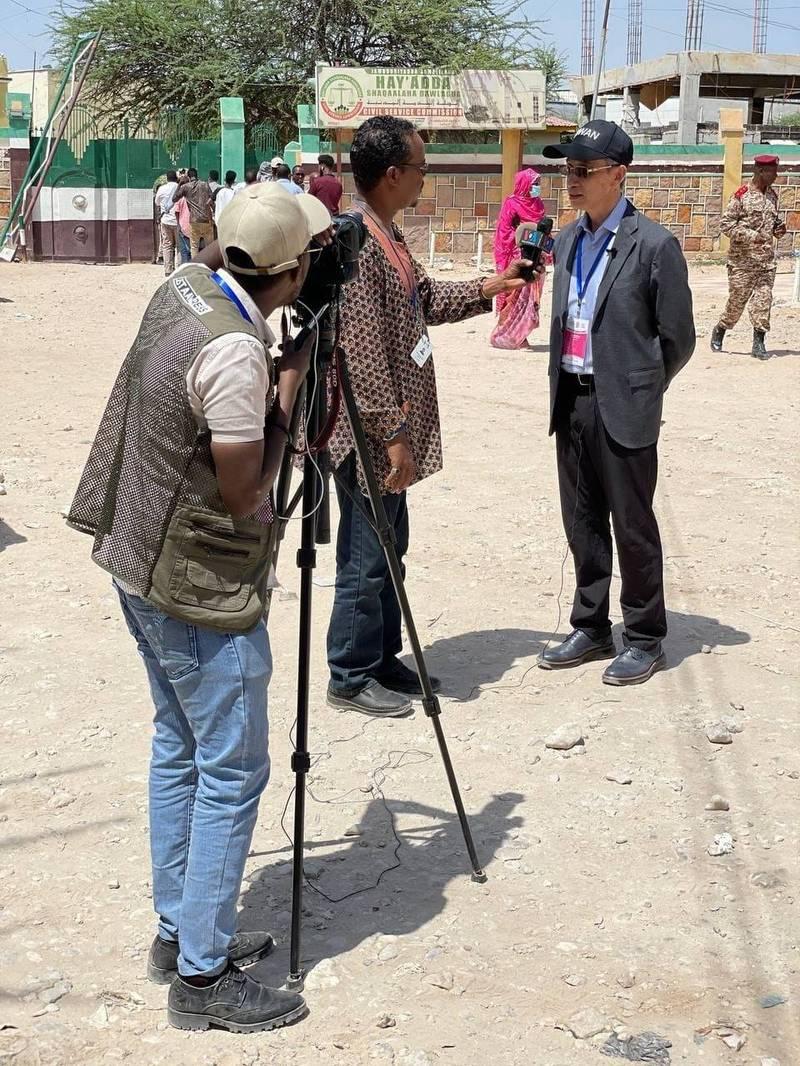 索馬利蘭共和國31日舉行眾議院暨地方議會二合一選舉,登記選民超過100萬人,投票踴躍。我駐索馬利蘭代表羅震華也親自前往最大投開票所觀選,見證索國民主重要時刻。(取自台灣駐索馬利蘭代表處臉書)