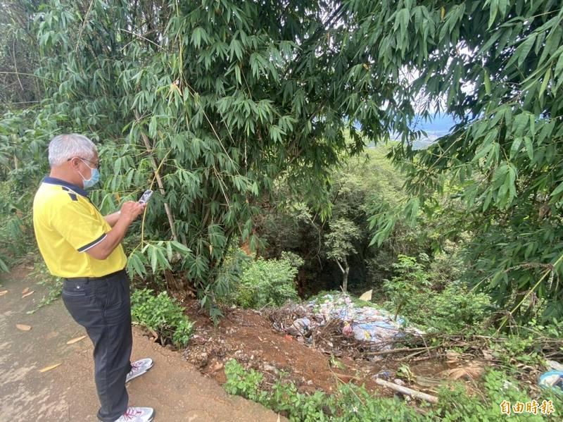 埔里公所清潔隊派員會勘山谷垃圾瀑,並透過GPS定位查對土地管理機關。(記者佟振國攝)