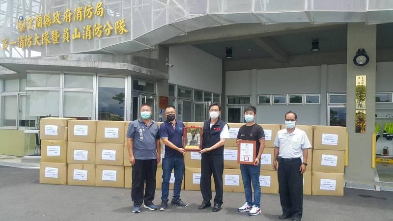 宸昕國際有限公司董事長徐子昕捐贈1500件防護衣。(宜蘭縣消防局提供)