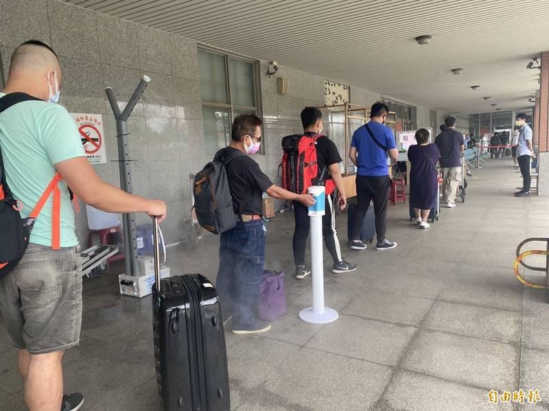 金門縣政府實施全面快篩,入境旅客大排長龍等候。(記者吳正庭攝)