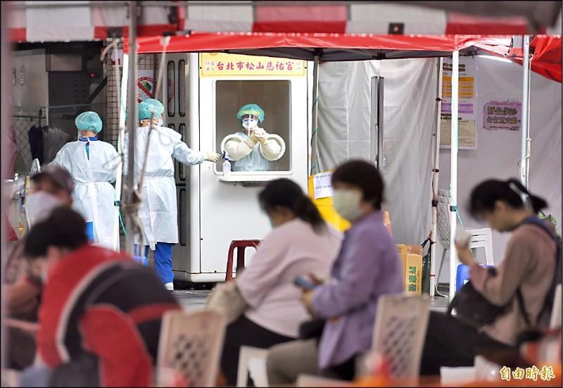疫情略降溫,台北市聯醫忠孝院區快篩站昨天仍有不少民眾前往採檢。(記者方賓照攝)