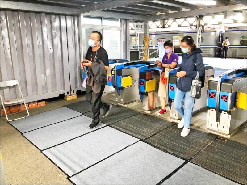 交通局在台南火車站及台南轉運站出入口配置「消毒毯」,後續將逐步於全市各轉運站設置。(台南市交通局提供)