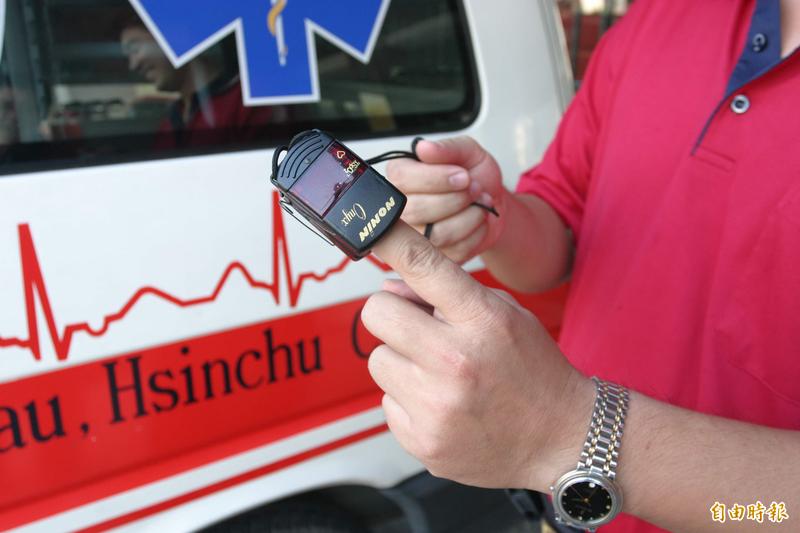 台大醫院急診醫學副教授李建璋說,用手機APP測量血氧濃度,無法達到醫學準確度,最標準的還是使用合法的醫療器材。測量血氧示意圖。(資料照)