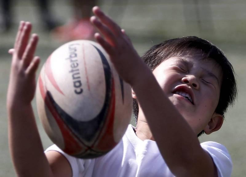 日本厚生勞動省決定把輝瑞疫苗施打的年齡限制放寬至12歲以上。(路透)