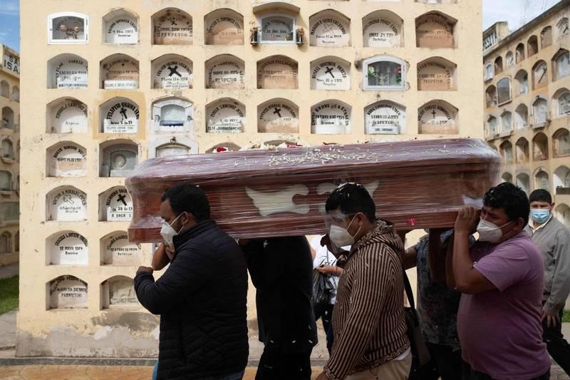 秘魯政府宣布武肺死亡人數上修至18萬例。(法新社)