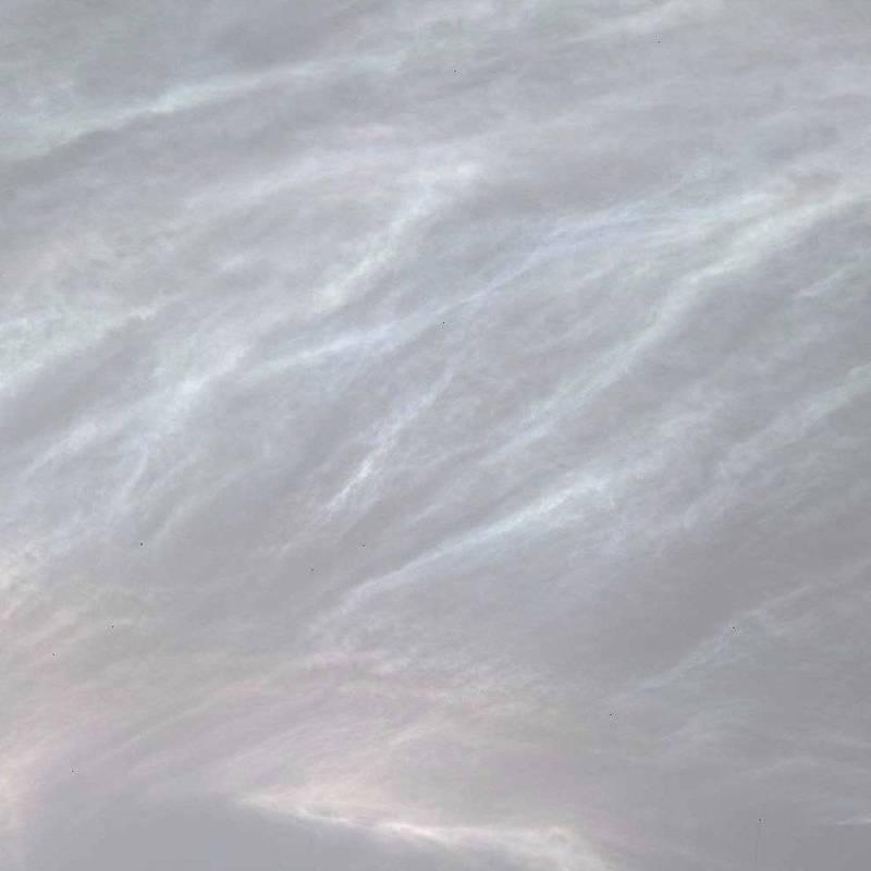 好奇號捕捉到美麗的火星雲層畫面,其中「珠母雲」透著柔和的彩虹色彩。(翻攝自 Twitter @MarsCuriosity)
